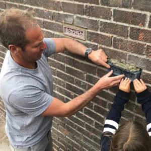 Bee Brick bihotell muras in i en vägg - Green Go Smart
